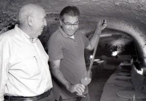 Guill+®n Lera y su hijo en la bodega Celler del Roure.