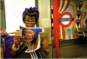 Leyendo en el metro.-Manuel del Visso L+¦pez.